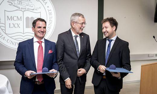 Bundespräsident Alexander van der Bellen verlieh am Dienstag Benjamin Hackl (rechts) und Christian Niemetz die höchsten studentischen Ehren