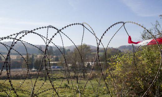 Stacheldraht: Kein Zaun, sondern Sicherheitsbarriere, sagt die Polizei