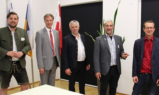 Gruppenbild ohne FPÖ: Markus Lindner (NEOS), Fritz Kratzer (SPÖ), Andreas Handlos (ÖVP), Peter Vogl (Liste Vogl) und Clemens Perteneder (KPÖ)