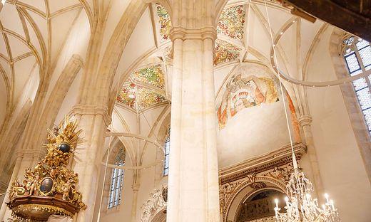 Das Kirchenschiff strahlt in hellen Farben