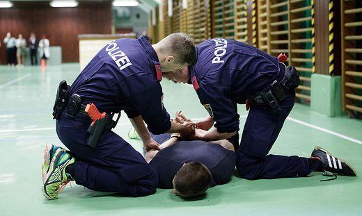 Polizeischüler beim Training