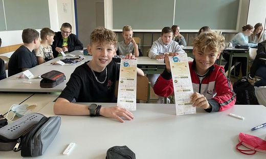 Matthias und Elias aus der 3a der Mittelschule 2 Leibnitz bekamen gestern ihr erstes Pickerl im neuen Ninja-Pass
