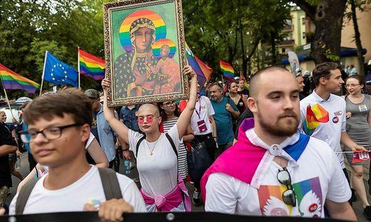 """Ein Bild der """"entweihten"""" Maria bei der ersten Gay Pride-Parade im polnischen Plock im August 2019"""