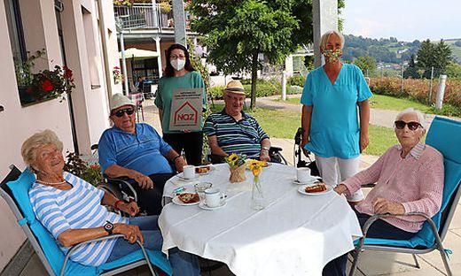 """Pflegedienstleitung Ailin Charinceva (links hinten) mit Mitarbeiterin Andrea Semmelrock (rechts hinten) und Bewohnern vom """"Haus Abendruh"""""""