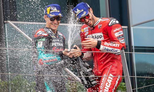 Andrea Dovizioso (rechts) ließ sich nach seinem Triumph in Spielberg feiern