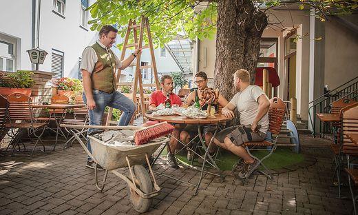 Robert Grossauer mit dem Baustellenteam. Wer mag, bringt sein eigenes Essen in den Gastgarten mit