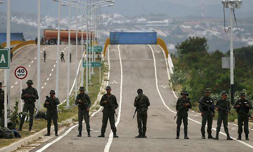 """Verteidigungsminister Padrino bekräftigte die """"uneingeschränkte Loyalität""""  gegenüber Staatschef Maduro."""