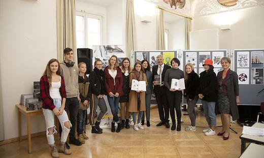 Peter Kaiser mit Direktorin Gabriele Fenkart (sechste von rechts), Professorin Ingeborg Kofler (rechts außen) und SchülerInnen