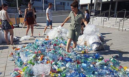 Plastikmüll vor dem Haupteingang: Mit dieser Aktion soll Bewusstsein geschaffen werden