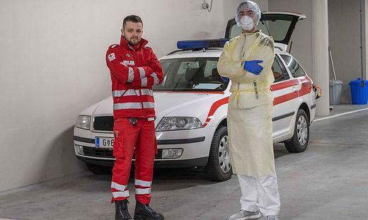 Tobias Round und Stephan Gogg in der Grazer-Rot-Kreuz-Zentrale: Die Schutzanzüge werden nach jedem Patientenbesuch entsorgt