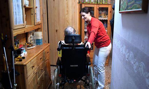 Derzeit fehlen in Österreich ca. 76.000 Pflegekräfte bis zum Jahr 2030.