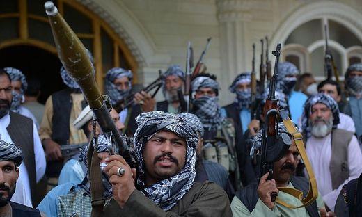 Die Zentralregierung in Kabul und ihre Truppen sind schwach; Unterstützung gegen die Taliban erhalten sie von Milizen
