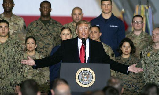 Donald Trump vor der Unterzeichnung des Verteidigungshaushalts 2020