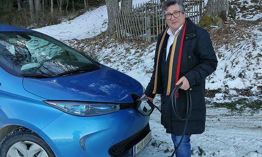 """Peter Haselmann ist mit seinem kleinen Stromer zufrieden, vermeidet aber öffentliche Tankstellen: """"Das ist zu teuer""""."""