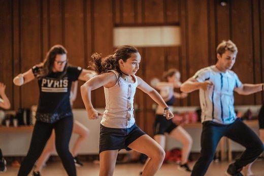 Junge Tänzer und Tänzerinnen bringen die heiße Sohle nach Gurk