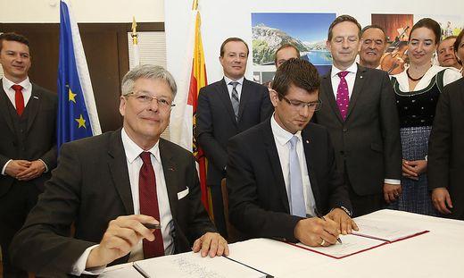 Vor einem Jahr unterschrieben die Parteichefs Peter Kaiser (SPÖ) und Martin Gruber (ÖVP) den Koalitionsvertrag