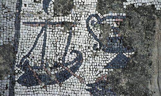 Reste eines Mosaiks im Haus des Petrus in Kapernaum zeigen ein Schiff