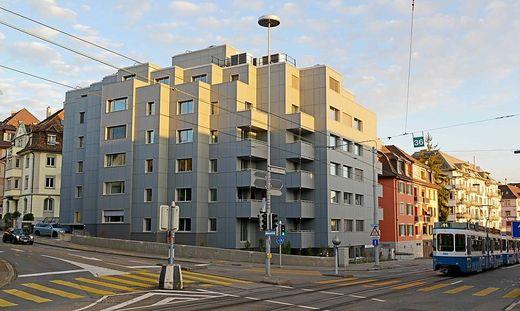 Jede der grauen Platten im Energie-Plus-Haus in Zürich ist ein Photovoltaik-Modul und liefert Strom