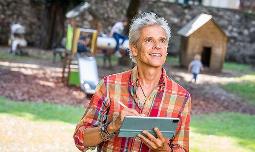 Der Blick von Thomas Brezina zeigt die Begeisterung, mit der er am Winter-Wunder-Wald im Park des Parkhotels arbeitet, um nicht nur Kinderaugen zum Strahlen zu bringen