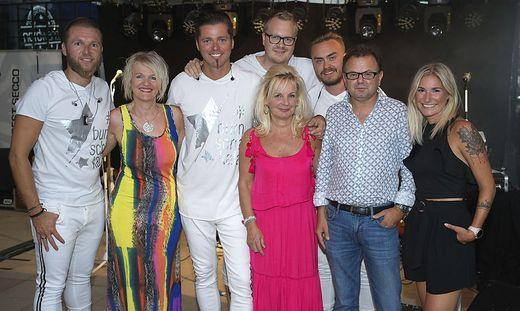 London-Chefin Betinna Bertolli (Mitte) mit der Band Nordwand und Stadträtin Andrea Winkelmeier (2.v.l.)