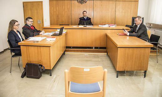 Der Sessel für den Angeklagten blieb leer. Harald Dobernig erschien nicht vor Gericht