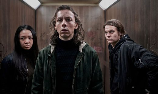 Tristan Göbel (Mittel) und seine Mitstreiter stellen sich dem Haus entgegen