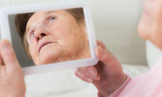 dementkranke frau erkennt ihr spiegelbild nicht mehr
