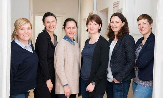 Die Dual Career Ansprechpersonen der steirischen Universitäten von links: Waltraud Heschl, Armanda Pilinger, Julia Goldgruber, Karin Zach und Edith Miedl (rechts) freuen sich über Verstärkung im Netzwerk durch Bettina Auer (Zweite von rechts), Dual Career Kontaktperson der AAU