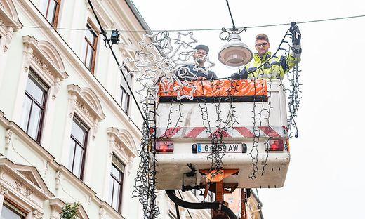 Weihnachtsbeleuchtung Anbringen.Adventstimmung In Graz Wird Schon Weihnachtsbeleuchtung Montiert