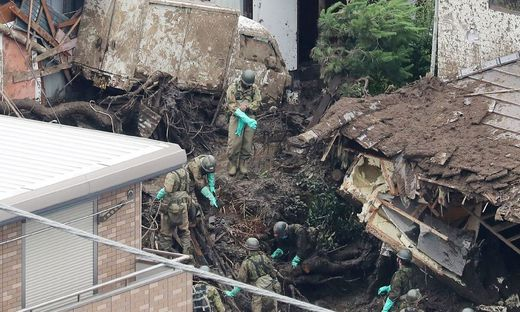 Rettungskräfte bei der Suchaktion nach der Schlammlawine in Atami.