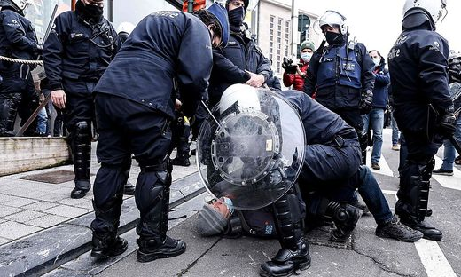 Ein Platz vor dem Hauptbahnhof, wo die meisten Demonstranten zusammenkamen, sei evakuiert worden.