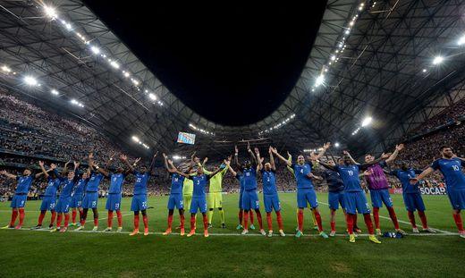 Frankreichs Kicker feierten mit Islands Kampfschrei mit den Fans