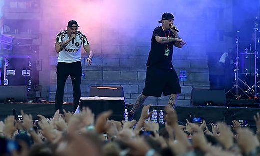 Die Rapper 'Raf Camora & Bonez MC' während eines Konzertes auf der 'Space Stage' im Rahmen des Frequency 2018
