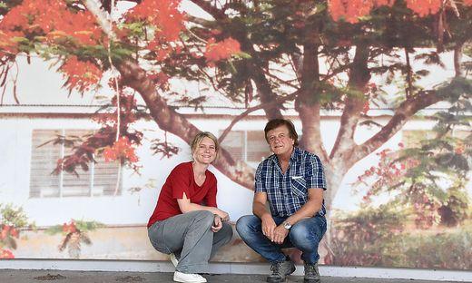 Künstlerin  Juma Hauser und Pub-Betreiber Ivo Gölz vor der Wandgestaltung