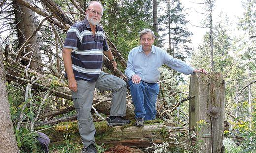Die Autoren Heimo Stadlbauer (li.) und Hans Matscheko bei den Resten des Gleisperrbaums im Bereich der ehemaligen Bremsberg-Bergstation