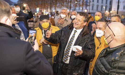 Scheider umringt von Getreuen am Wahlabend