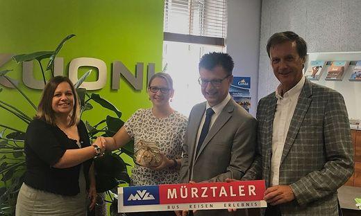 Dorit Eschenberger, Sabrina Perl, Gerhard Deutsch und Bürgermeister Fritz Kratzer bei der Spendenübergabe (von links)