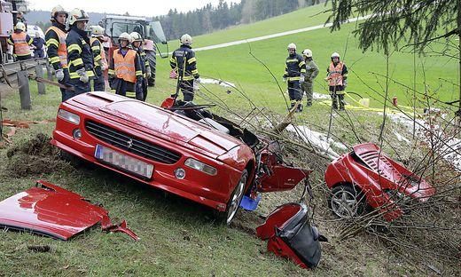 Der Sportwagen Wurde In Zwei Teile Gerissen