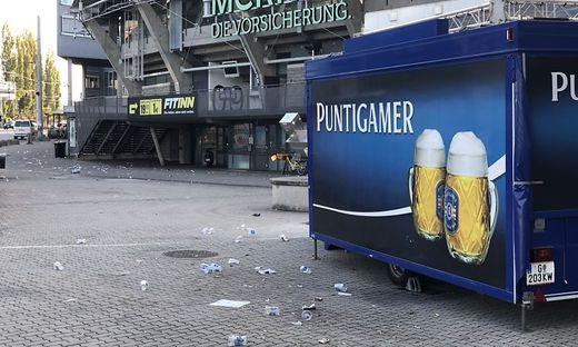 Fußballfans hinterließen Müllteppich am Stadionvorplatz