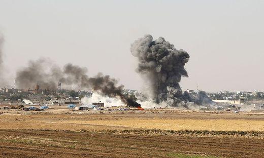 Unter Beschuss: Von der Stadt Ras-al-Ain an der syrisch-türkischen Grenze steigen schwarze Rauchwolken auf