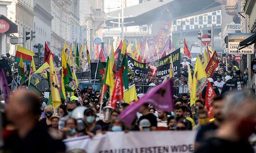 In Wien-Favoriten ist es am Freitagabend zu gewaltsamen Zwischenfällen bei einer von Türken gestörten Kurden-Demonstration gekommen. Einen Tag später blieb es hingegen ruhig