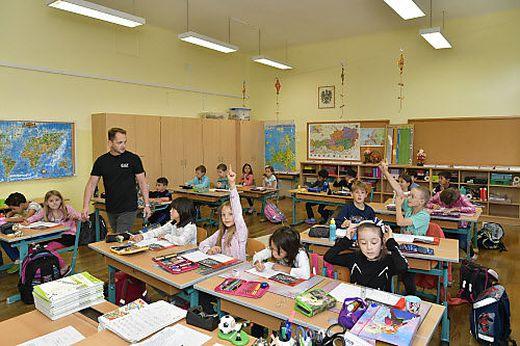 Auch für die Khevenhüller Schule gilt der normale Schlüssel: 22 Kinder werden von einem Lehrer unterrichtet. In einer Klasse werden bis zu 15 Sprachen gesprochen