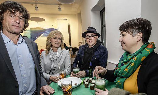 Michael Johann (ganz links) regelt die Grüne Vergangenheit, Olga Voglauer (ganz rechts) ist aktuell Parteichefin