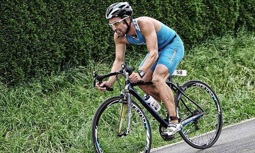 Walter Copi fährt bei einem Bewerb mit dem Rad bergab