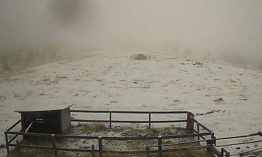 Hinter Schnee und Nebel versteckt sich die Marienstatue am Wölkerkogel