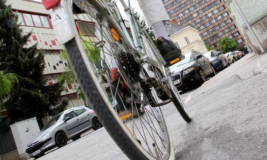 Wo ist das E-Bike? Der Mann muss wohl weiterhin mit seinem alten Fahrrad fahren.