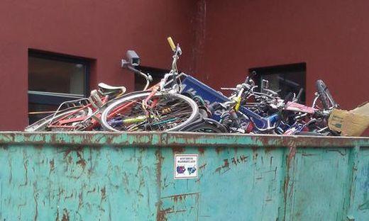 Welches Schicksal ereilte die Fahrräder im Container?