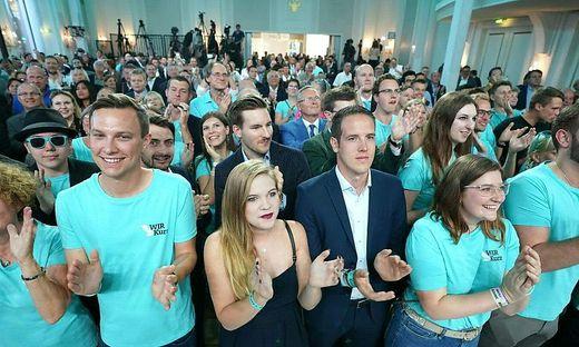 Der Vorwurf an die ÖVP, bewusst geplant zu haben, im Wahlkampf 2019 die Kostenobergrenze zu überschreiten, ist dem Oberlandesgericht Wien zufolge zulässig.