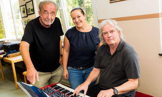 Schuller (am Keyboard), Schlaminger (ganz links) beim Proben