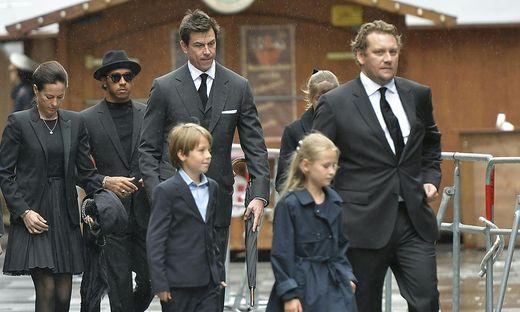 Birgit Lauda, Lewis Hamilton, Toto Wolff mit den Kindern Max und Mia und Sohn Lukas Lauda